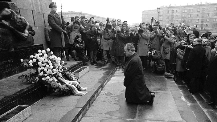 Resultado de imagem para German Chancellor Willy Brandt kneels before the memorial to the dead of the Warsaw Uprising, 7 December 1970